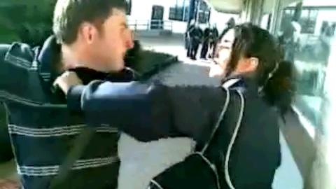 【閲覧注意】ブチギレ男、女子生徒の頭にジュースをかけて全力パンチ