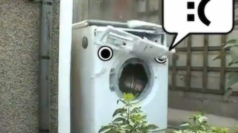 ブロックを投げ込まれて崩壊していく洗濯機MAD