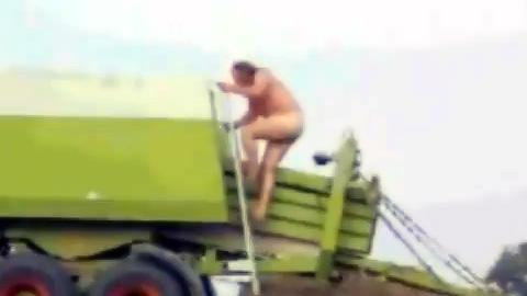 干し草ブロックになった全裸男