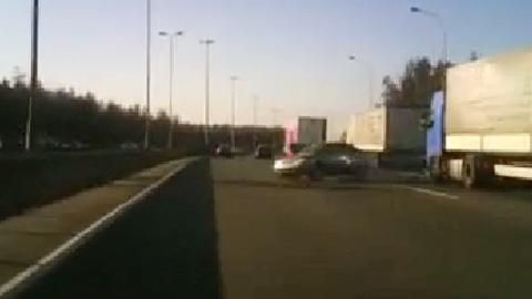 あり得ないところから車が向かってくる事故映像