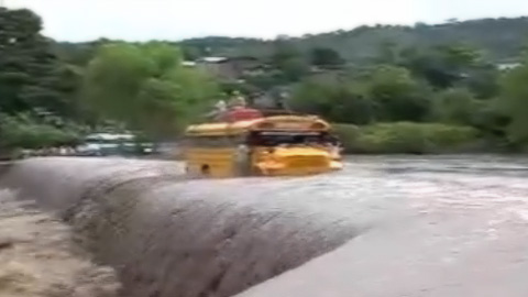 「危険な橋を渡る」ニカラグアのバス