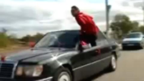 ハコ乗りで落車する男性